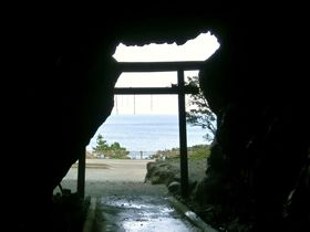 弘法大師・空海が開眼。パワースポット室戸岬「御厨人窟」|高知県|トラベルjp<たびねす>