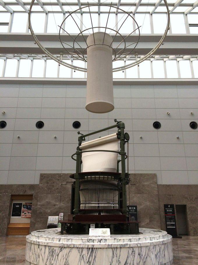 巨大な「環状織機」がロビーに展示
