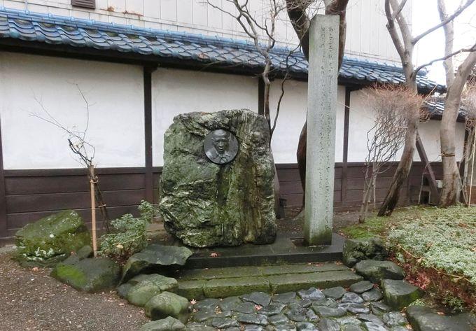 「光原社」の中庭にある宮沢賢治の記念碑