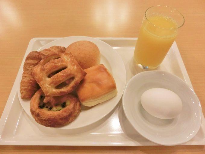 朝食は焼き立てのパン