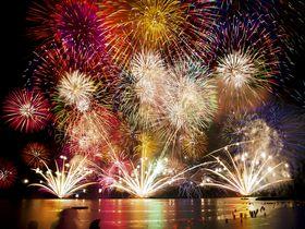 とうろう流しと大花火のコラボレーション!福井・敦賀「気比の松原」