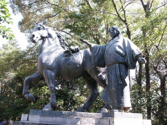 「高知城」と土佐藩初代藩主・山内一豊の妻・千代の像
