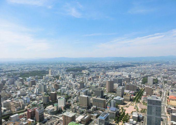 """""""展望回廊""""の南側は海、北側は浜松市街と山の稜線"""