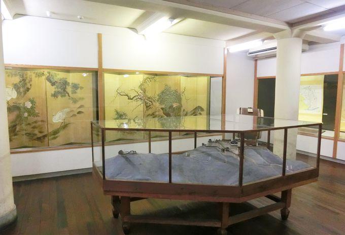 """""""三本松城""""の模型と三浦紫畹の「孔雀図」など見応えのある展示"""