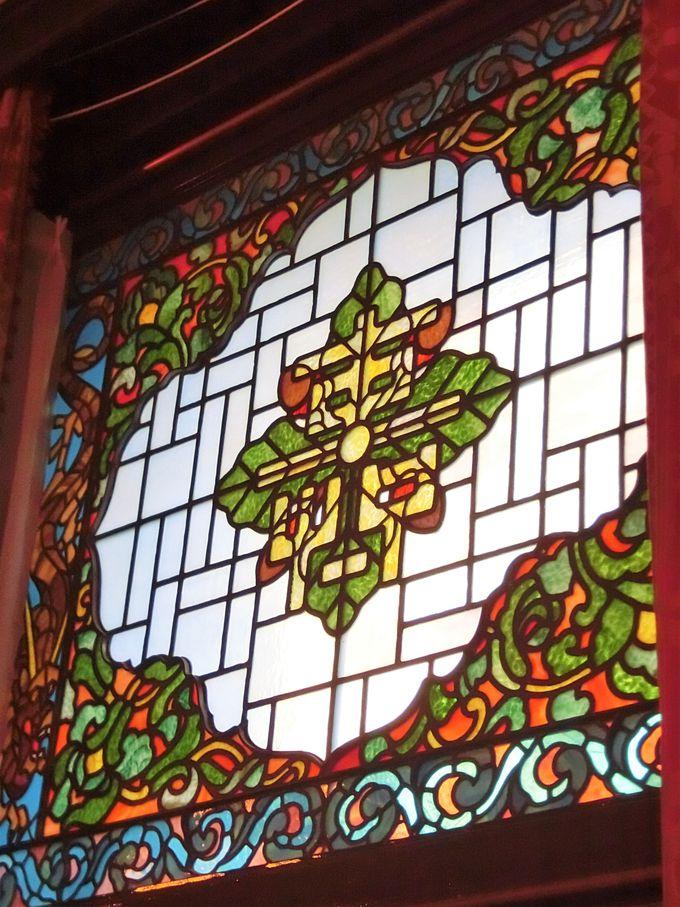 ステンドグラスに文字、絨毯にはコウモリの図柄