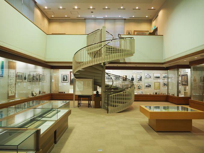美しい螺旋階段のある展示資料室