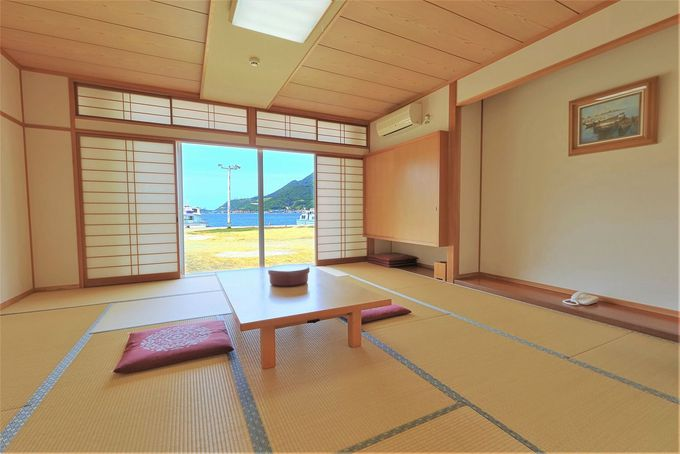 広々とした客室内と窓外の眺望