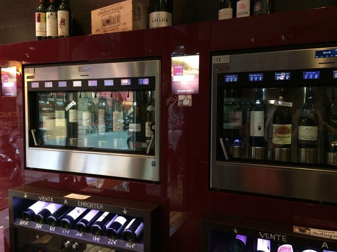 店内はワインが自販機に100種類以上もずらり
