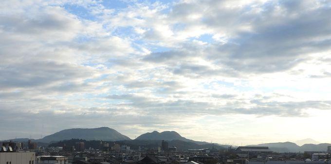 松江のシンボル、寝仏山は仏さまの寝姿、大山も遠景に