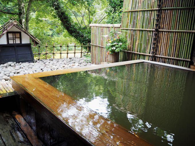 まずはお湯につかってリラックス、清流を眺める絶景露天風呂