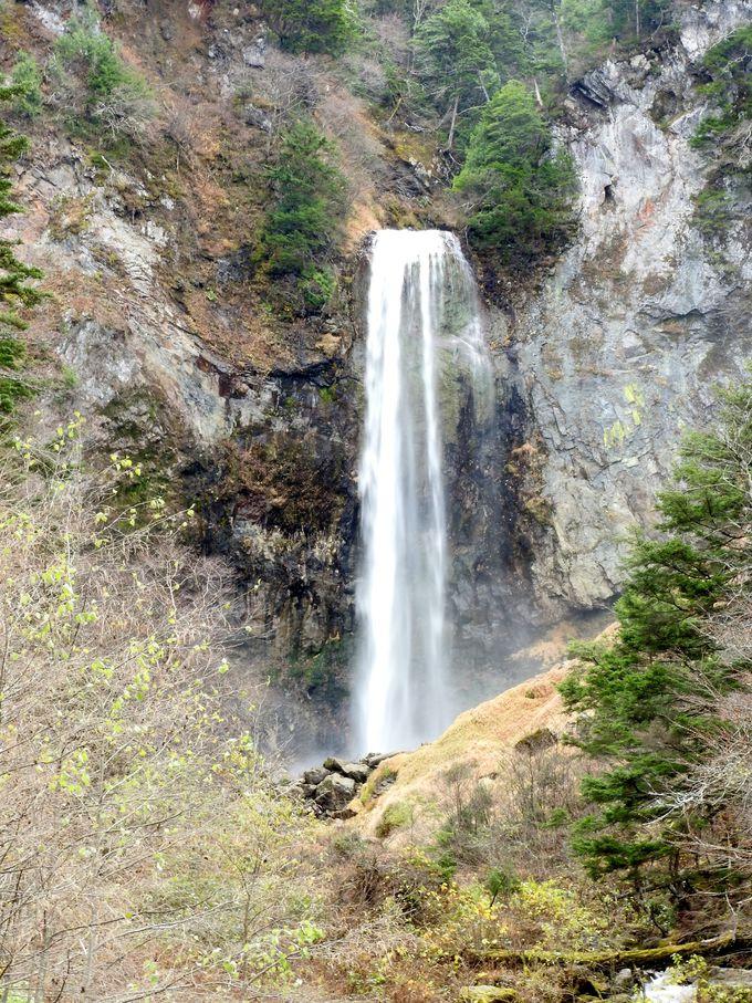 平湯大滝は、日光の華厳滝、立山の称名滝と似たでき方で豪快そのもの!