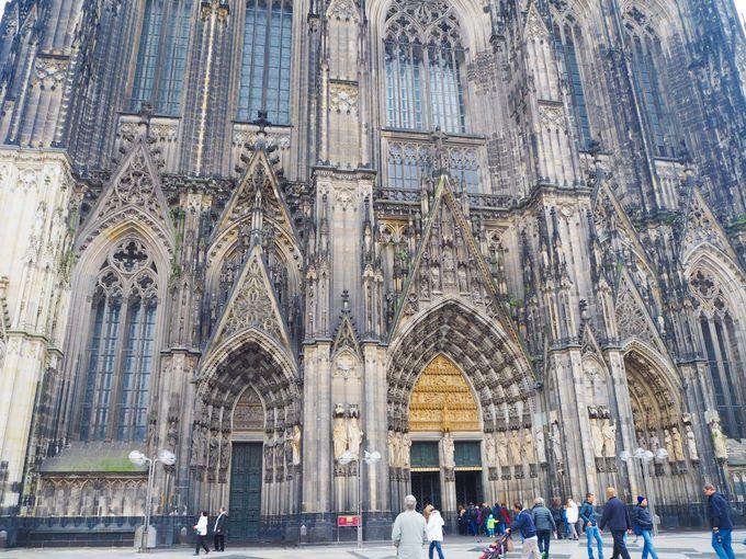 まずは、ケルン大聖堂の巨大なファサードに圧倒されてみよう