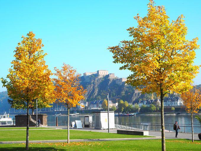対岸から見るエーレンブライトシュタイン要塞