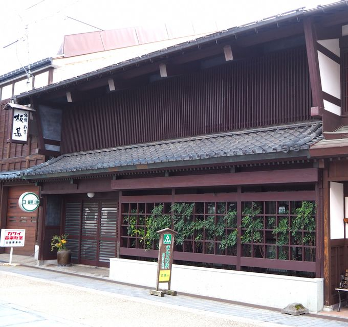 城下町の風情を残す本町通り、食事は「武家屋敷」と「蔵座敷」で