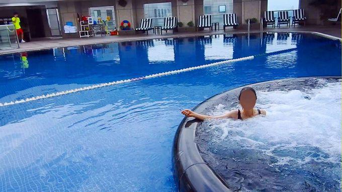 チェックインしたら43階屋上プールでひと泳ぎ!移動の疲れをほぐしましょう