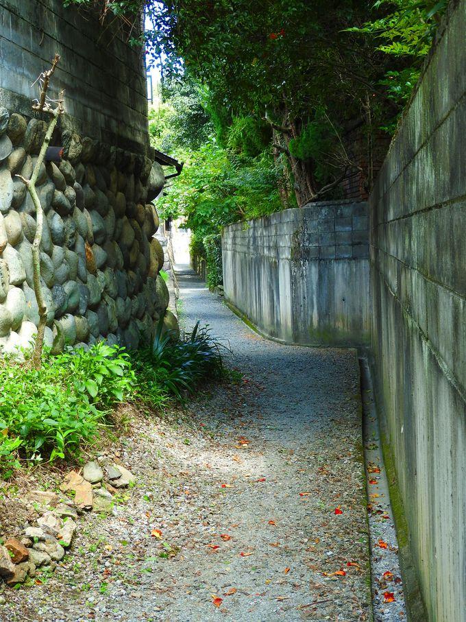 川原町通り裏手に玉石垣の風情