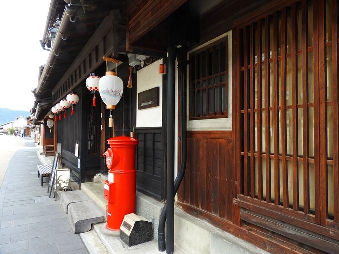川原町通りのランドマーク、赤いポストと和傘