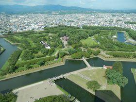 函館の有名観光スポット!高さ107mの「五稜郭タワー」に上ろう!星形をした城塞跡を眼下に望む