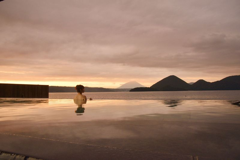 湖の畔に建つ大型リゾート「洞爺サンパレス リゾート&スパ」を満喫するコツ