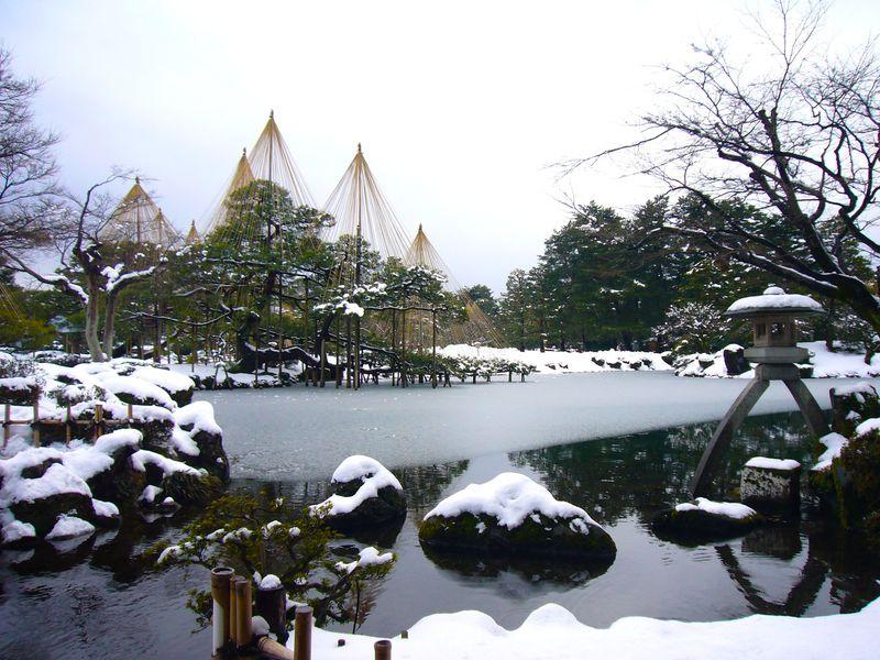 雪が降る日に出かけよう!金沢市「兼六園」雪吊りの絶景