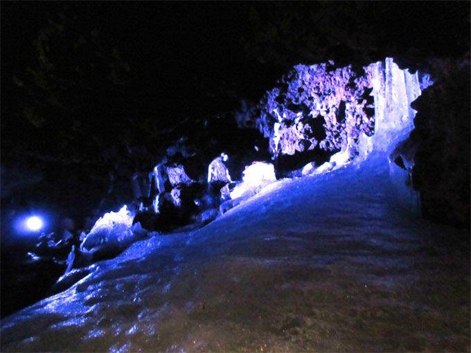 天然氷穴「鳴沢氷穴」でひんやり体験