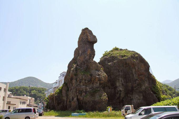 あっゴジラ!観光船のりば付近に鎮座する「ゴジラ岩」