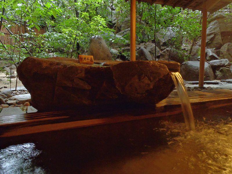 開放感ではなく密閉感を演出!大和屋本店の露天風呂