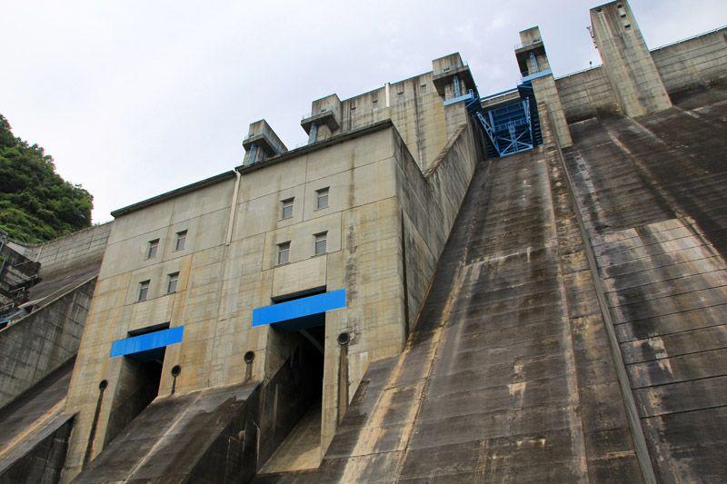 扉を開けたらダムの真下、驚きの景色!