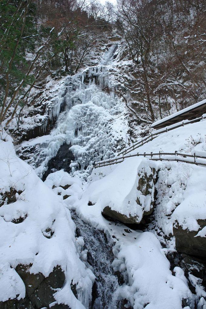 突然目の前に現れる凍てついた巨大な滝に驚き!