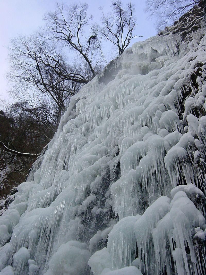 間近から見上げる氷瀑に大感動!