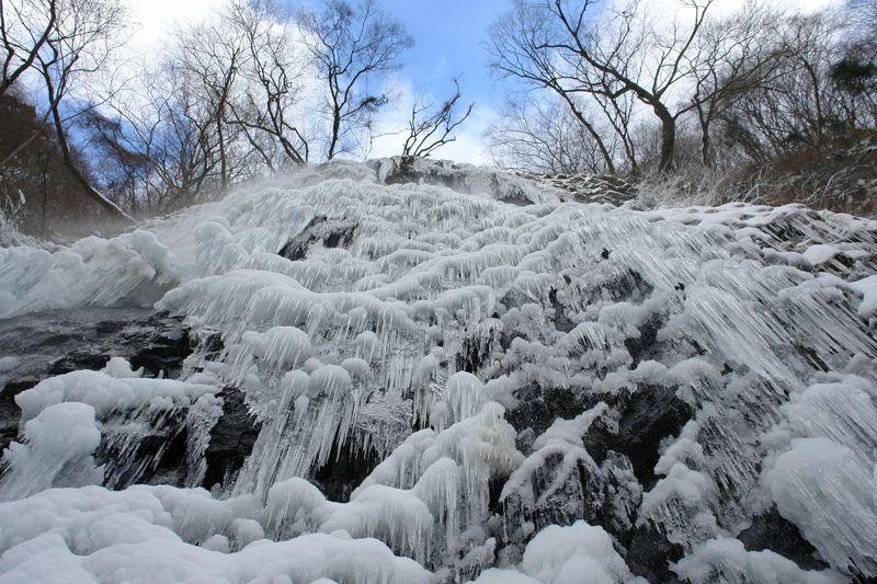 凍った滝にタッチ!滝の真下に大接近!