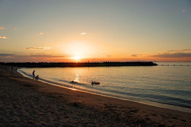 美しい夕日が1年中楽しめる人気のビーチ!
