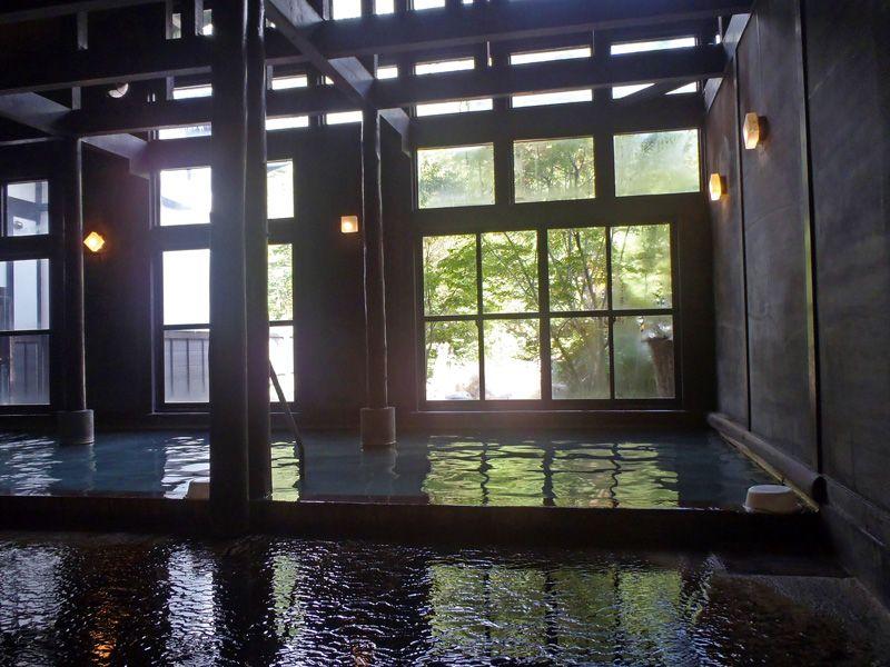 内湯も素敵!民芸レトロな空間で楽しむ贅沢な湯