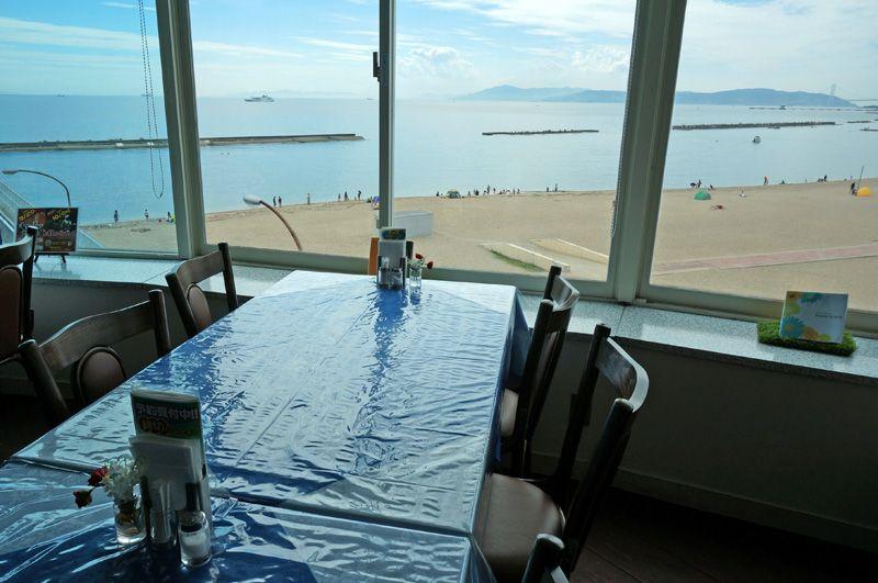 レストランの窓からは海の絶景!