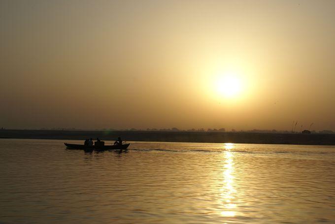 ガンジス川から顔を出す、神々しい太陽