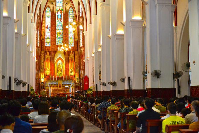 ステンドグラスがとにかく美しい教会の内部