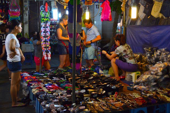ナイトマーケットで販売されるものは服や雑貨、グルメなど様々!