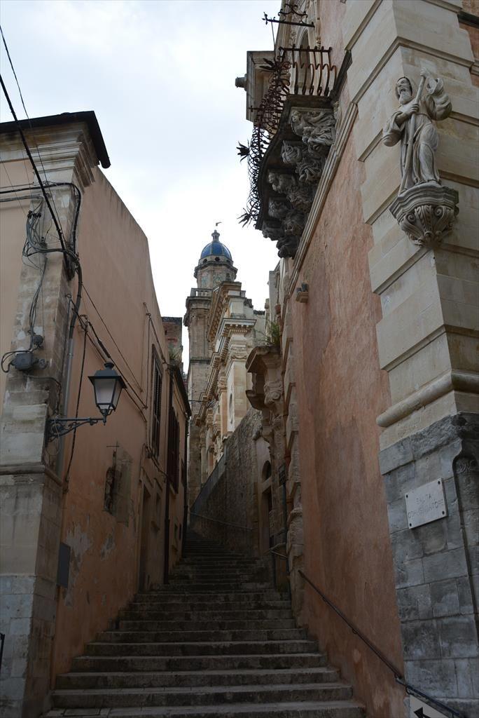 奇想天外な彫刻バルコニーが飾るコゼンティーニ邸