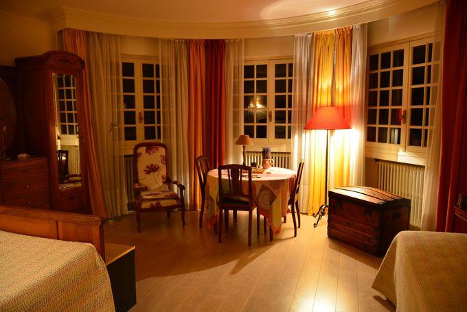 アンティークな家具に囲まれたゆったりとしたお部屋