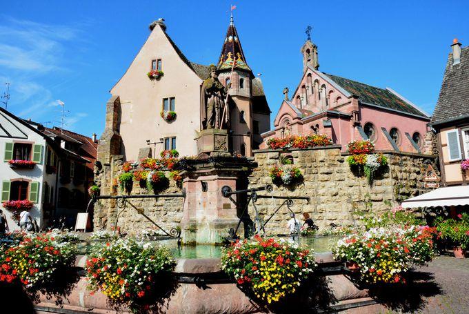 村の中心エギスハイム城と礼拝堂の見学も忘れずに!