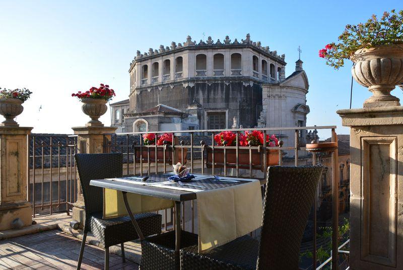 屋上テラスからの眺めが最高!シチリア島「ホテルロイヤル」は街歩きにお薦め
