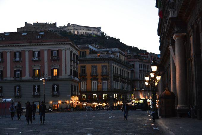 王宮を間近に「プレヴィシート広場」は街の中心!