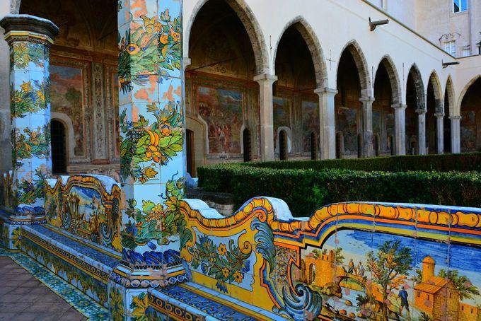 圧巻カラフルなマジョルカ焼の列柱とフレスコ画の回廊「サンタキアラ教会」
