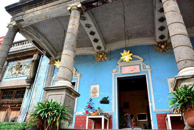 ブルーの壁が目を引く美しい館のアンティーク店もお薦め