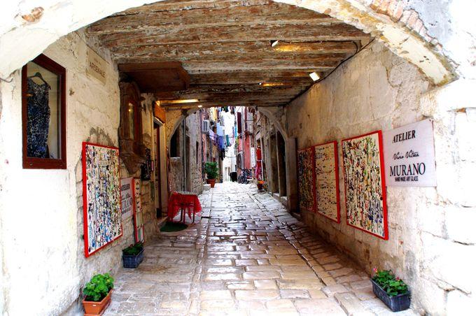 路地とギャラリーをそぞろ歩きたい石畳の旧市街