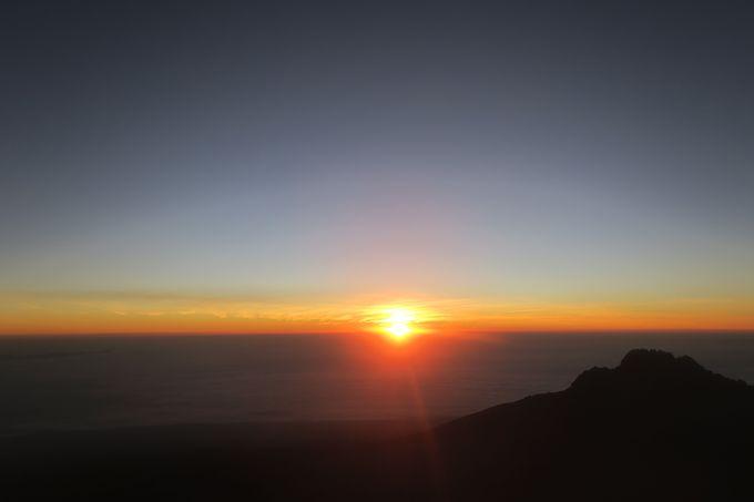 過酷な岩山を突き進む3日目。その先の神秘的なご来光。