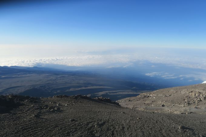 いよいよアフリカ最高峰の地点へ。目に入るのは、巨大な氷河と見下ろす雲海。