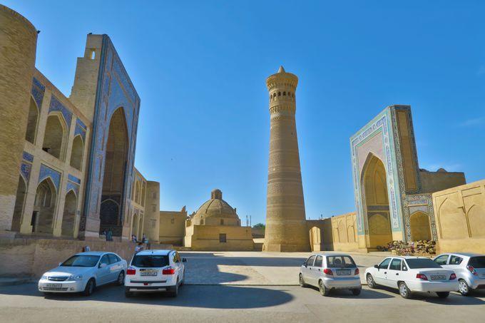 巨大なカラーン・モスク、カラーン・ミナレットと、その前の広場。