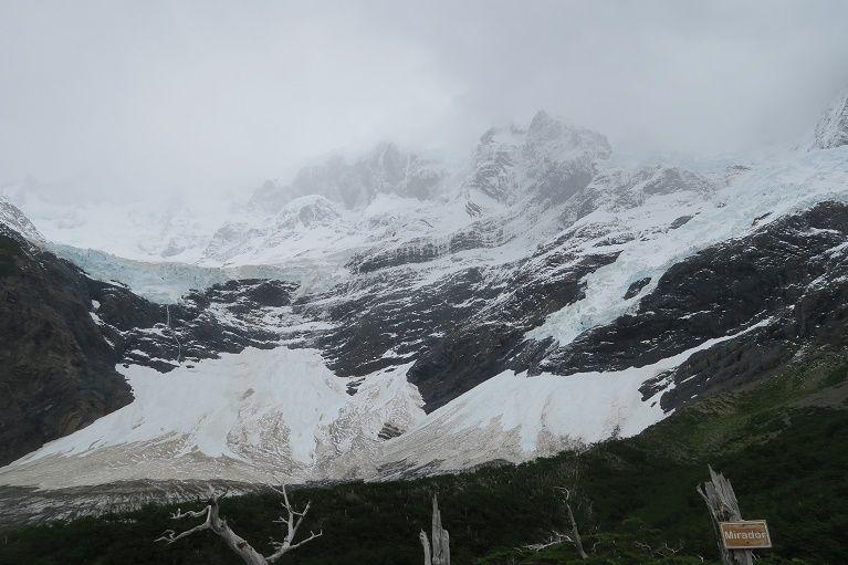 轟音とともに崩落する氷河