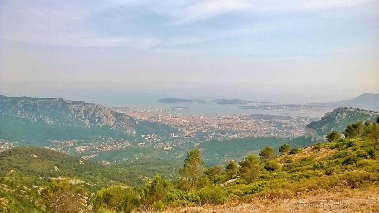 海だけじゃない!山と海に囲まれた素晴らしい都市を一望